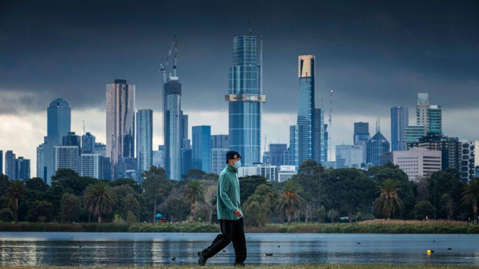 Spaziergänger am Albert Park Lake in Melbourne: Mit Masken gegen die zweite Welle