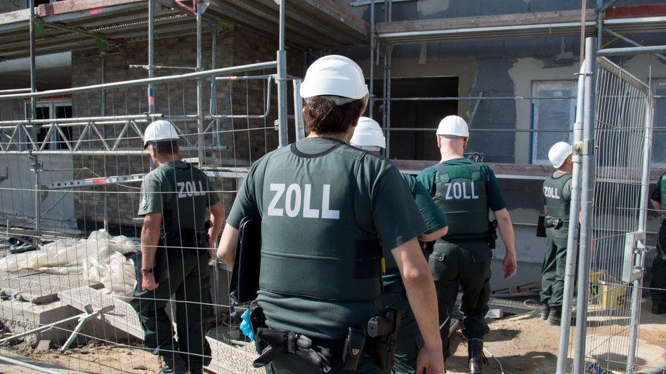 """""""Ein extrem schwieriger Job"""": FKS-Beamte bei einer Razzia"""