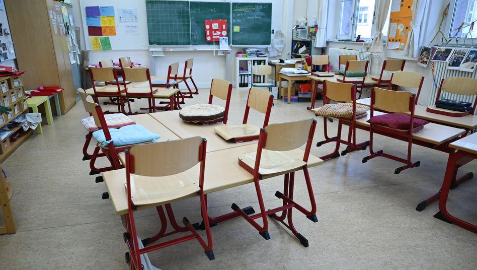 Leeres Klassenzimmer in Frankfurt: Seit mehr als einem Jahr Wechsel zwischen Präsenz-, Wechsel- und Distanzunterricht