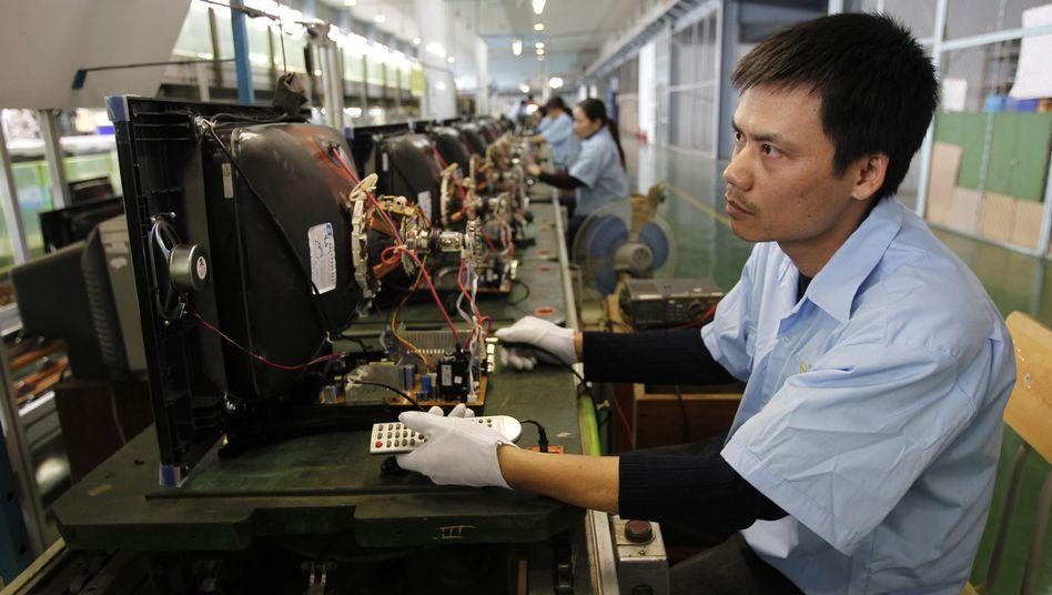 Arbeiter in der Fernsehproduktion in Vietnam: Günstige Löhne locken Firmen an