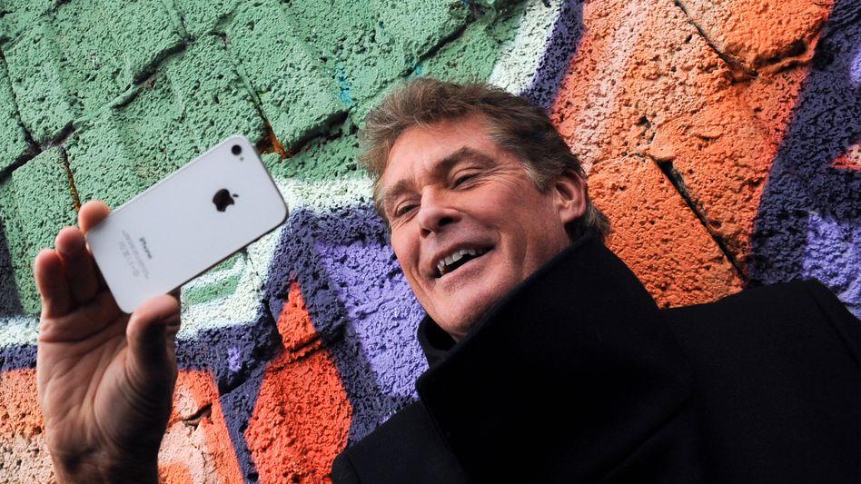 Smartphone-Fotograf David Hasselhoff (Symbolbild): Bilder-App verrät Nutzer