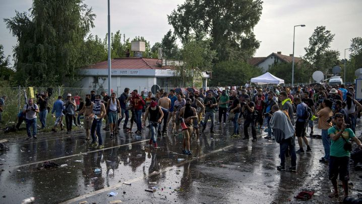 Flüchtlinge an Grenze zu Ungarn: Mit Gewalt