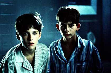 Enrique und Ignacio als Knaben: Sehnsüchtige Blicke beim Chorgesang