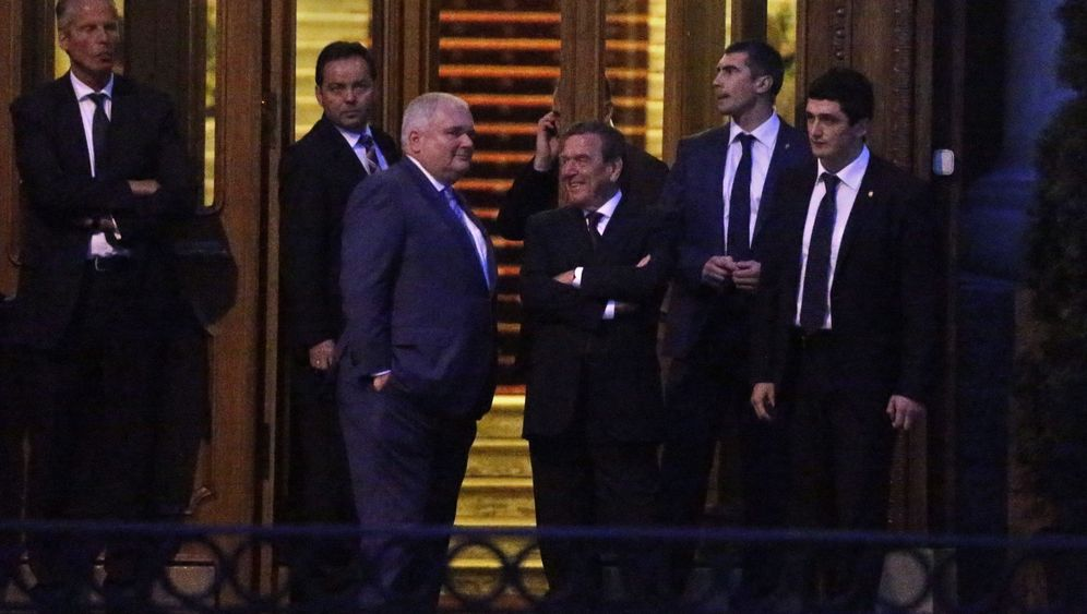 Schröder trifft Putin: Umarmung unter Freunden