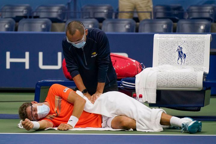 Der Spanier Pablo Carreño Busta musste sich im fünften Satz kurz am Rücken behandeln lassen