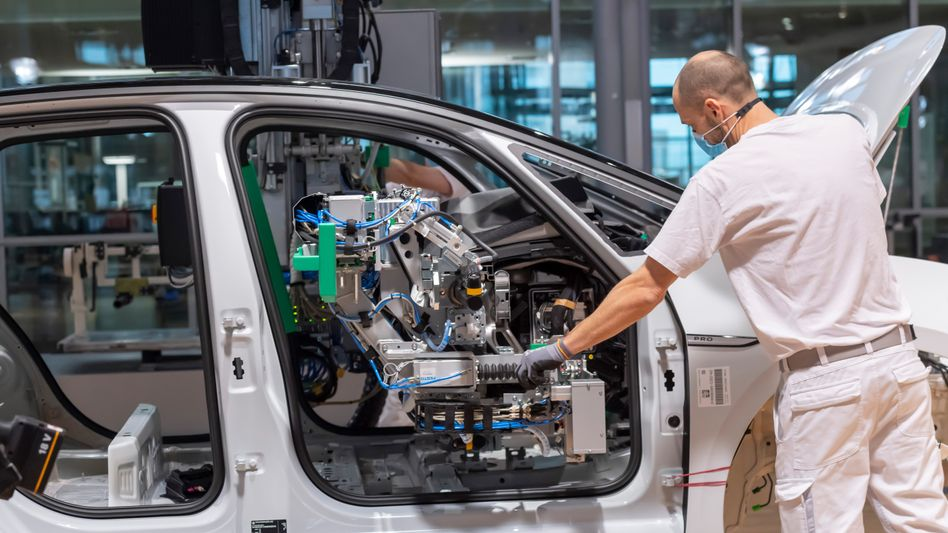 Arbeiter in einem VW-Werk (Archivbild): Der Teilemangel setzt den Herstellern zu