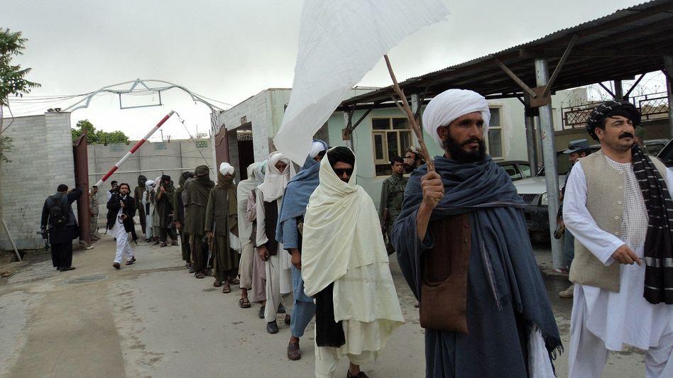 """Ex-Taliban Nur-ul Aziz Agha (im Vordergrund, mit weißem Turban und Fahne): """"Ich bin froh"""""""