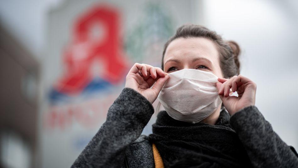 Frau mit Mund- und Nasenmaske: Die Angst wächst auch in Deutschland