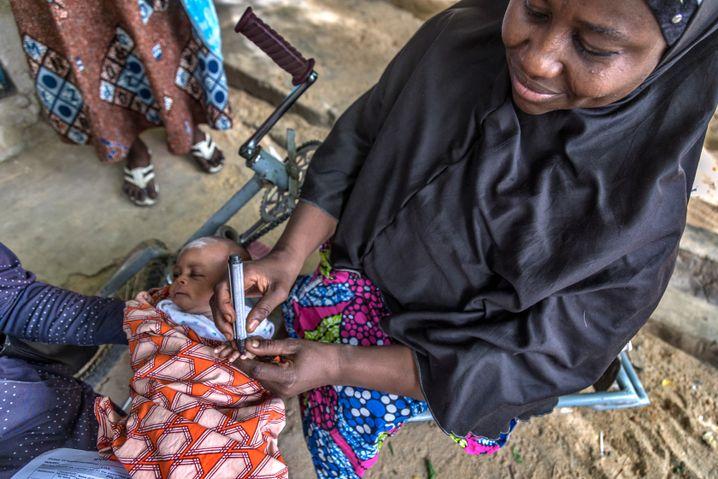 Um sicherzustellen, dass kein Kind währen der Impfkampagne übersehen wird, markieren die Helfer den kleinen Finger der Kinder mit einem schwarzen Marker
