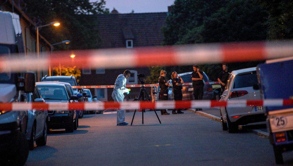 Polizei und Ermittler sichern Spuren am Tatort.