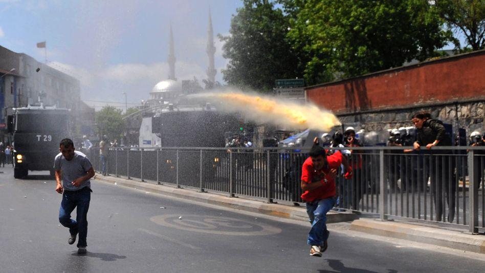 Flucht vor Wasserwerfer: Demonstration in Istanbul endet gewalttätig