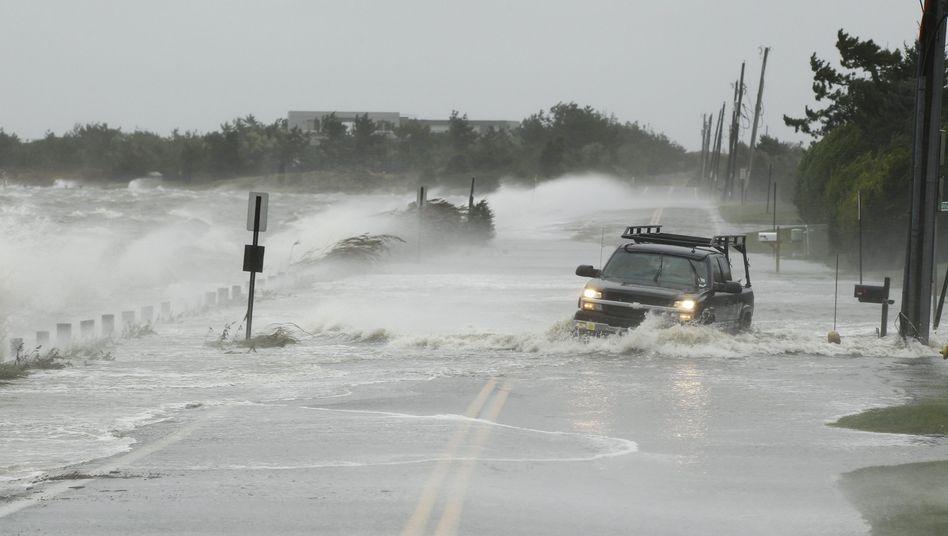 Supersturm Sandy 2012: Ein Truck kämpft sich über eine überflutete Straße