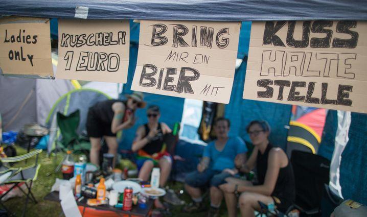 «Ladies only», «Kuscheln 1 Euro», «Bring mir ein Bier mit» und «Kusshaltestelle» ist auf Schildern an einem Zelt von Festival-Besuchern von Rock im Park am 03.06.2017 in Nürnberg (Bayern) zu lesen. Das Festival dauert noch bis zum 04. Juni. Foto: Daniel Karmann/dpa +++(c) dpa - Bildfunk+++ | Verwendung weltweit