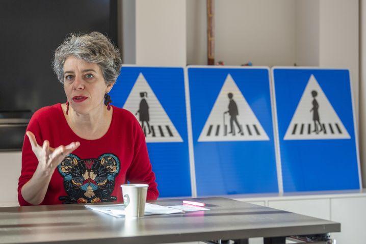 Die Genfer Stadtpräsidentin Sandrine Salerno stellt bei einer Pressekonferenz die neuen Schilder vor