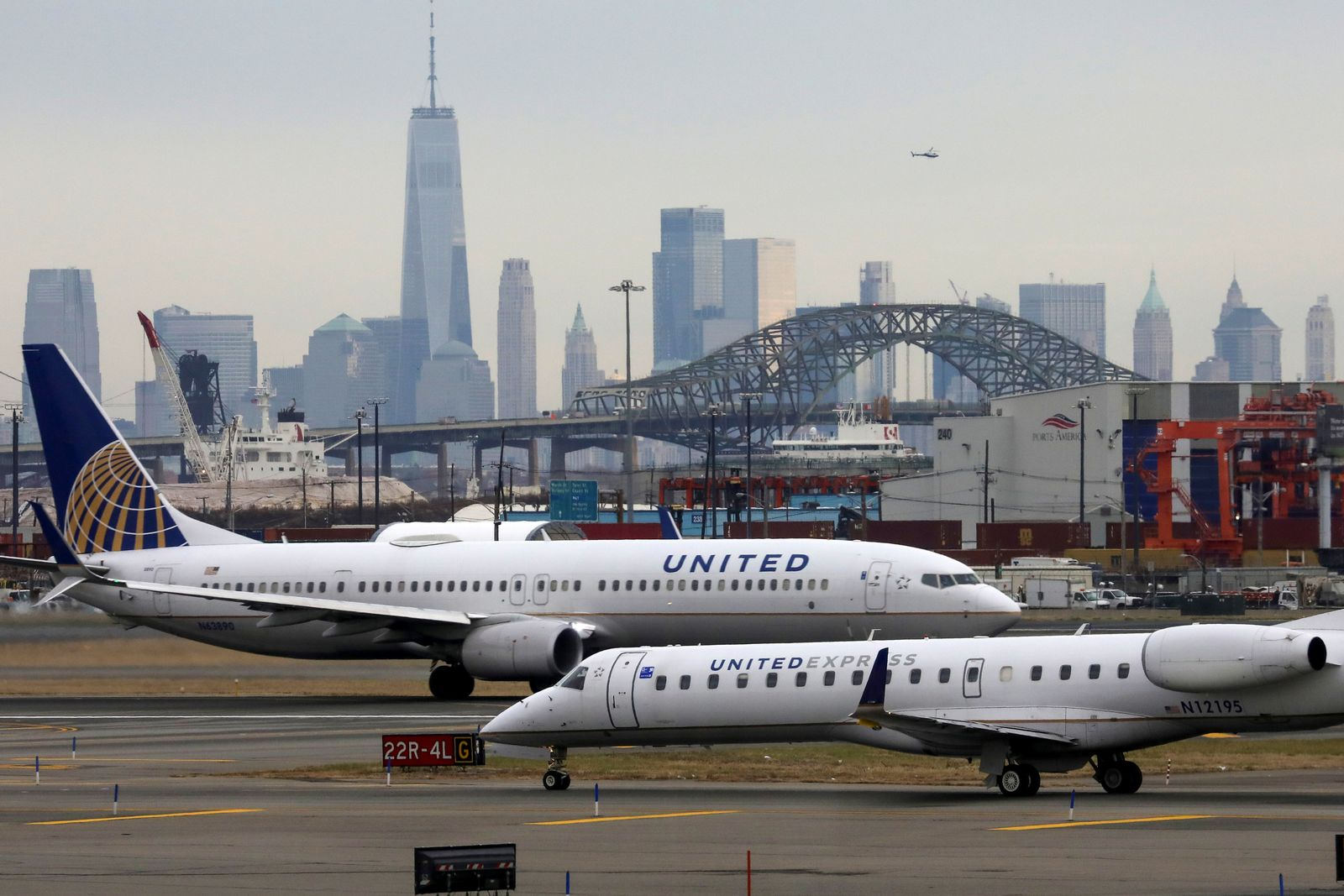 FILE PHOTO: United Airlines passenger jets taxi with New York City as a backdrop