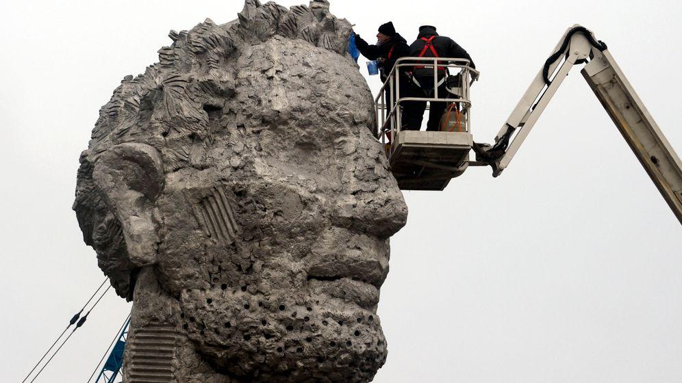 Herkules-Skulptur errichtet: Ein Koloss soll es richten
