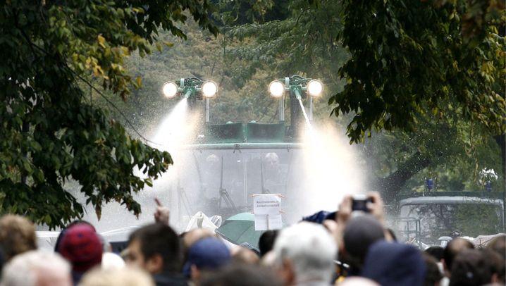 """""""Stuttgart 21"""": Wasserwerfer gegen Demonstranten"""