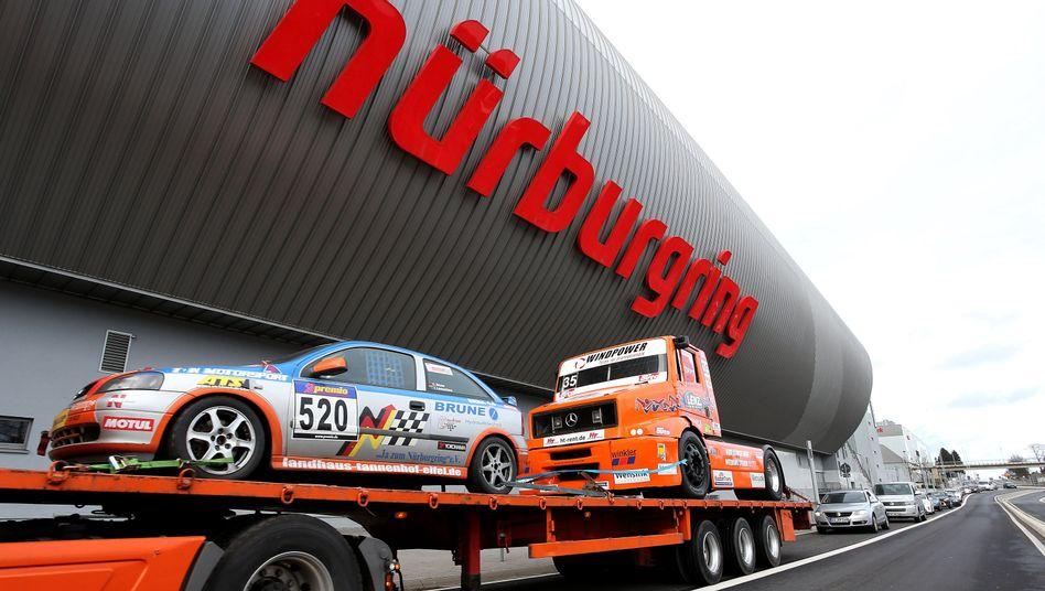 Rennfahrzeuge auf dem Nürburgring: Schließung vom Tisch