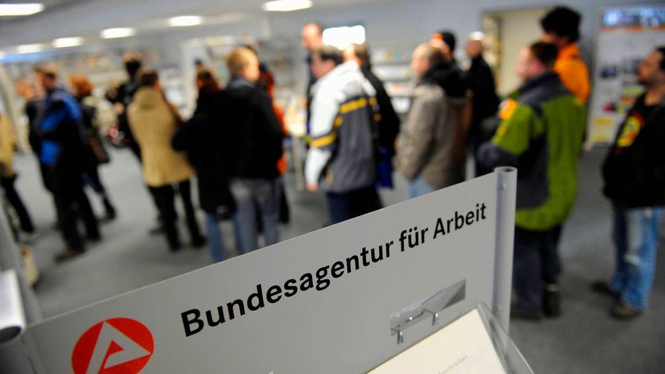 Wartende in der Bundesagentur für Arbeit in Dresden (Archivbild)