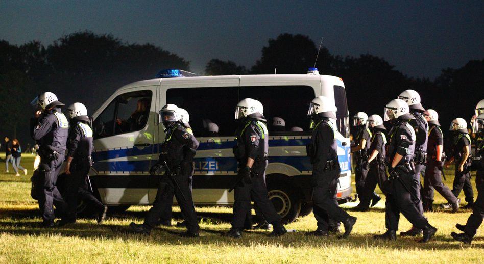 Polizeieinsatz gegen Feiernde im Hamburger Stadtpark (in der Nacht von Freitag auf Samstag)