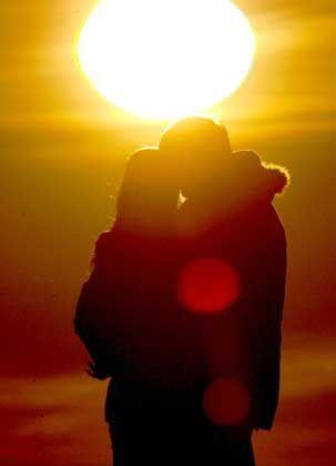 Verabredetes Paar beim Sonnenuntergangs-Genuss: Geschafft!