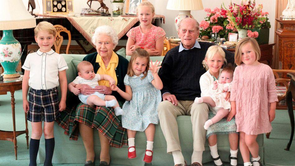 Königin Elizabeth II. und Prinz Philip mit sieben ihrer Urenkel (fotografiert im Jahr 2018)