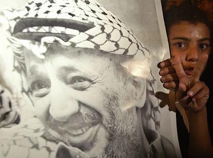 Palästinensischer Junge mit einem Arafat-Plakat in Gaza-Stadt: Noch immer herrscht Unklarheit über das Schicksal des Palästinenser- präsidenten
