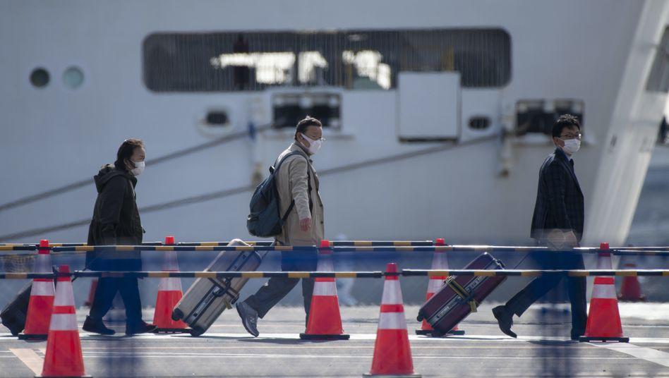 """Passagiere verlassen die """"Diamond Princess"""" im Hafen von Yokohama"""