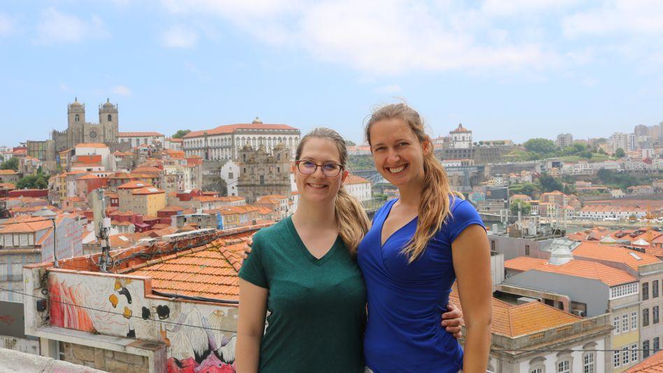 Bettina Wanninger (r.) und ihre Freundin Andrea Kappl am vergangenen Freitag in Porto