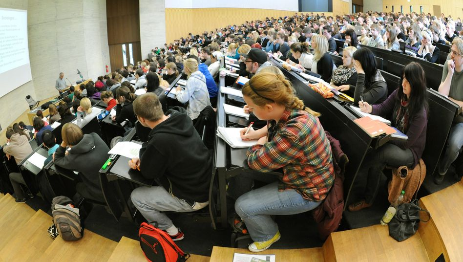Studierende im Hörsaal: Wie gut der NC sein muss, um den gewünschten Studienplatz zu bekommen, hängt von mehreren Faktoren ab