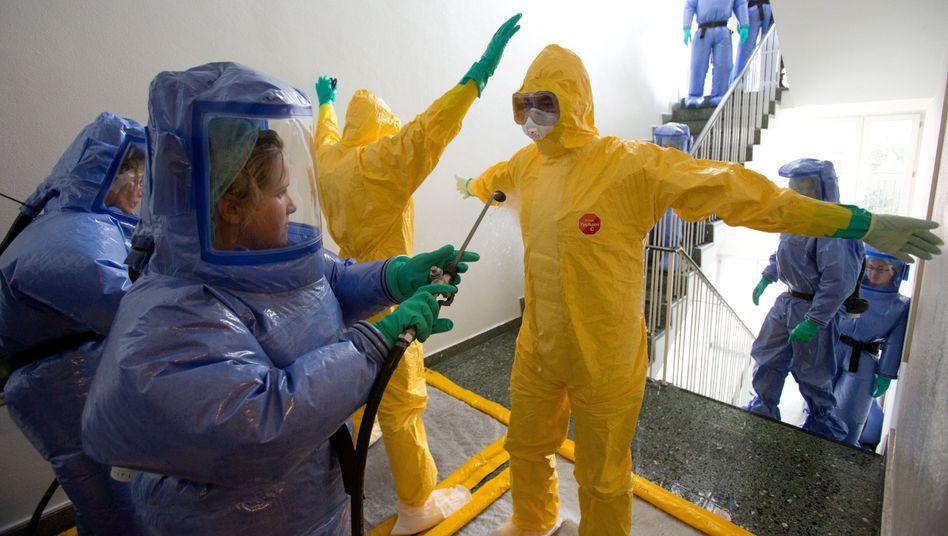 Schulung zum Umgang mit hochansteckenden Patienten: Das medizinische Personal muss sich vor einer Ansteckung schützen