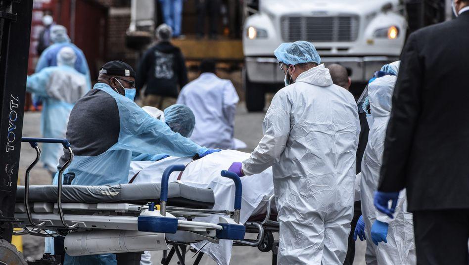 Krankenhauspersonal in New York City (im März 2020): Die Zahlen in Teilen der USA steigen rapide