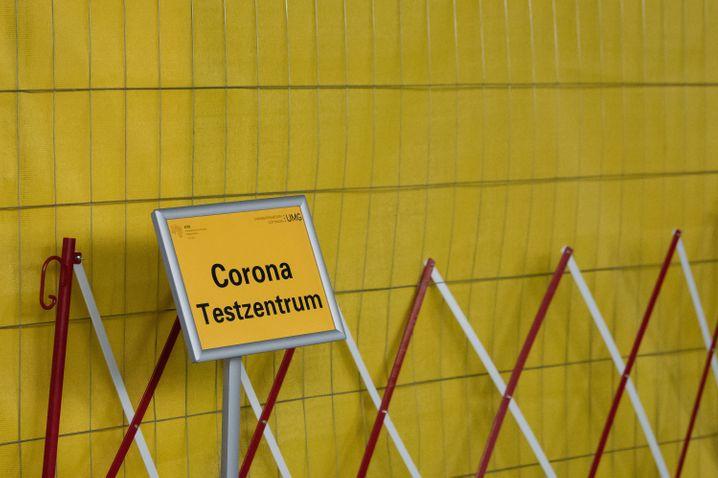 Schild vor einem Testzentrum