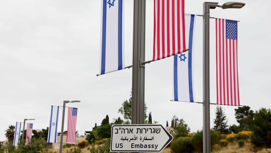 Neues Straßenschild weist auf US-Botschaft hin