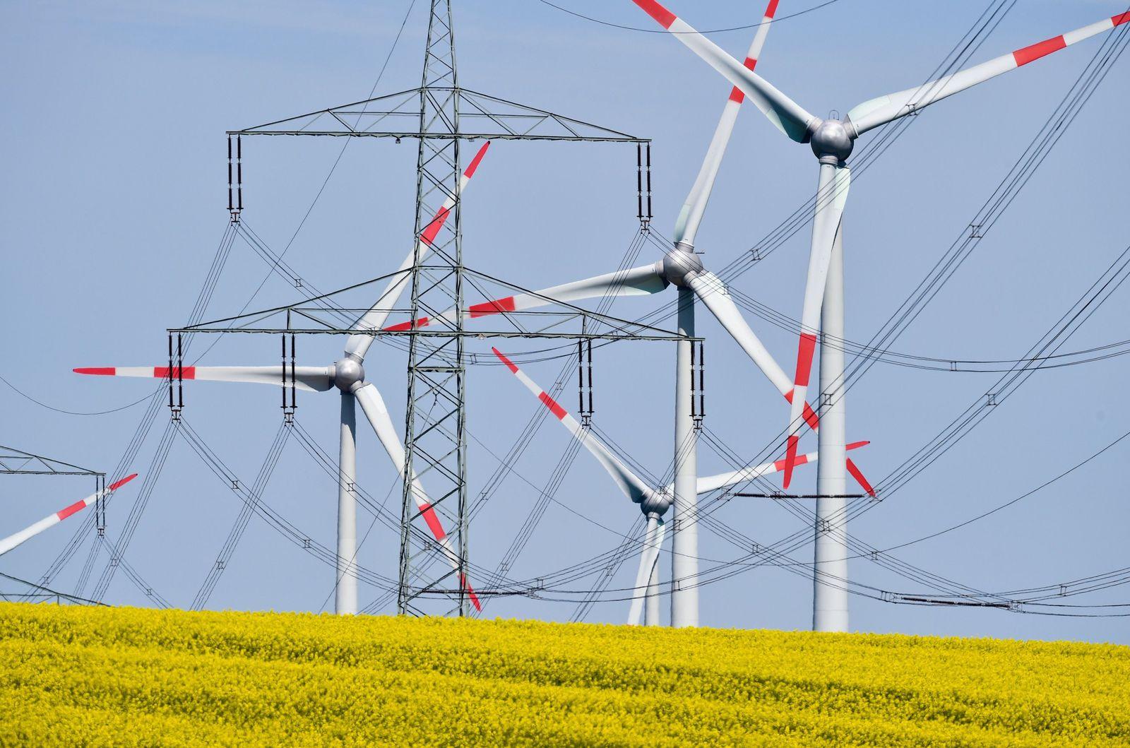Windräder Stromtrasse Stromleitung