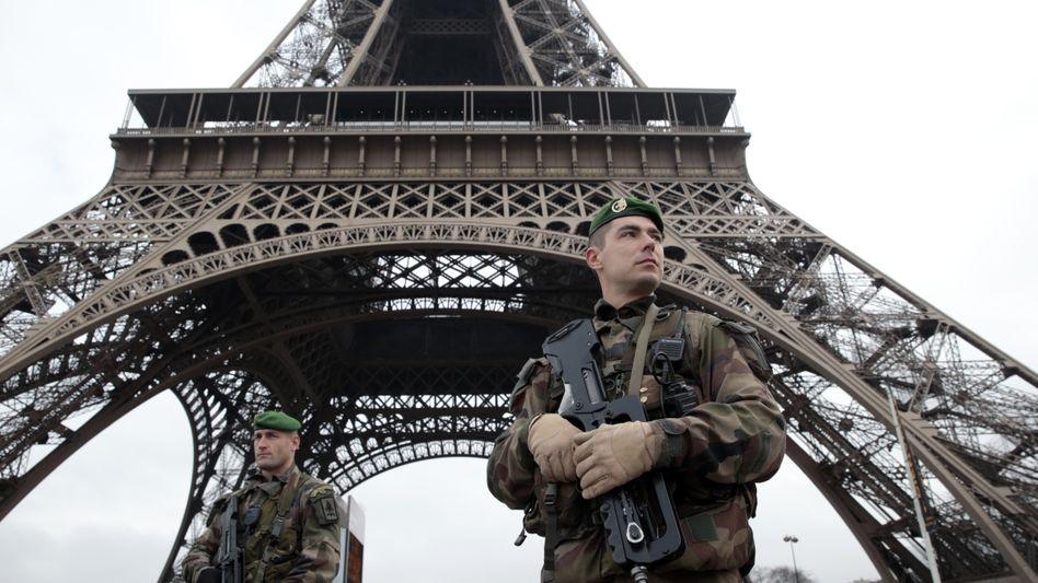 Soldaten am Eiffelturm: Frankreich bleibt in Alarmbereitschaft
