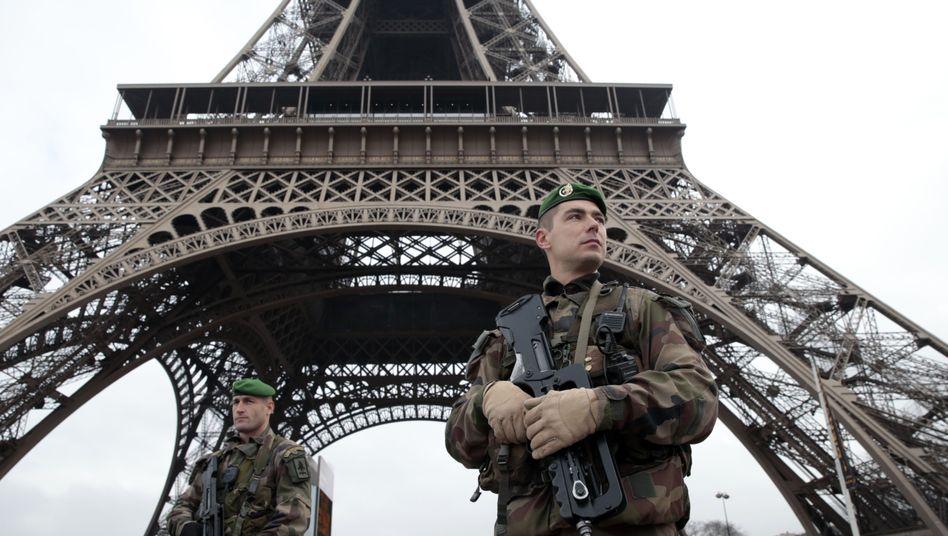 Sicherheitspersonal am Eiffelturm in Paris (Archivbild)