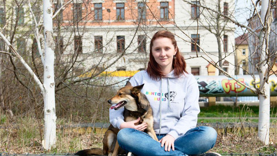 Stephanie Gola mit Hündin Cookie: Die Tiermedizin-Studentin behandelt kostenlos Hunde von Obdachlosen und Suchtkranken