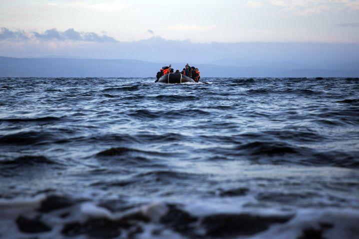Flüchtlinge vor der griechischen Insel Lesbos Anfang Dezember 2015
