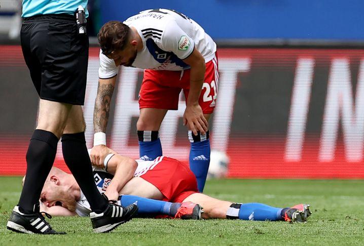 Die nächste Hiobsbotschaft für den HSV: Rick van Drongelen hält sich mit schmerzverzerrtem Gesicht das Knie