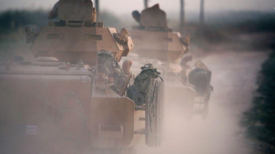 Türkische Panzer auf dem Weg zur Grenze