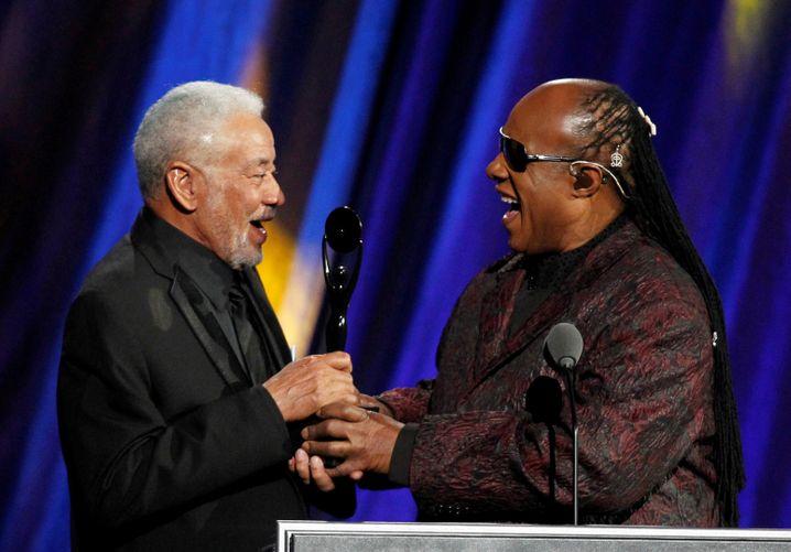 """Legenden und Freunde: Stevie Wonder begrüßt Bill Withers 2015 in der """"Rock and Roll Hall Of Fame"""""""