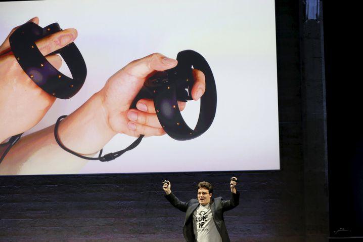 Oculus-Mitgründer Palmer Luckey zeigt den Oculus-Touch-Controller