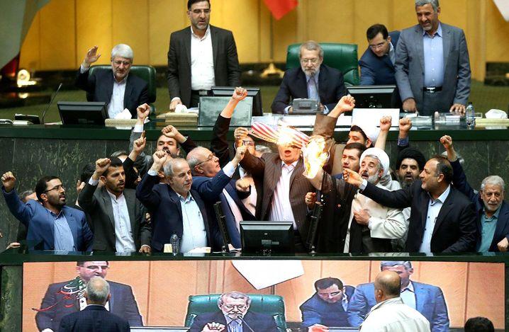 """Antiamerikanischer Protest im Teheraner Parlament: """"Die Kriegsgefahr kehrt jetzt wieder"""""""