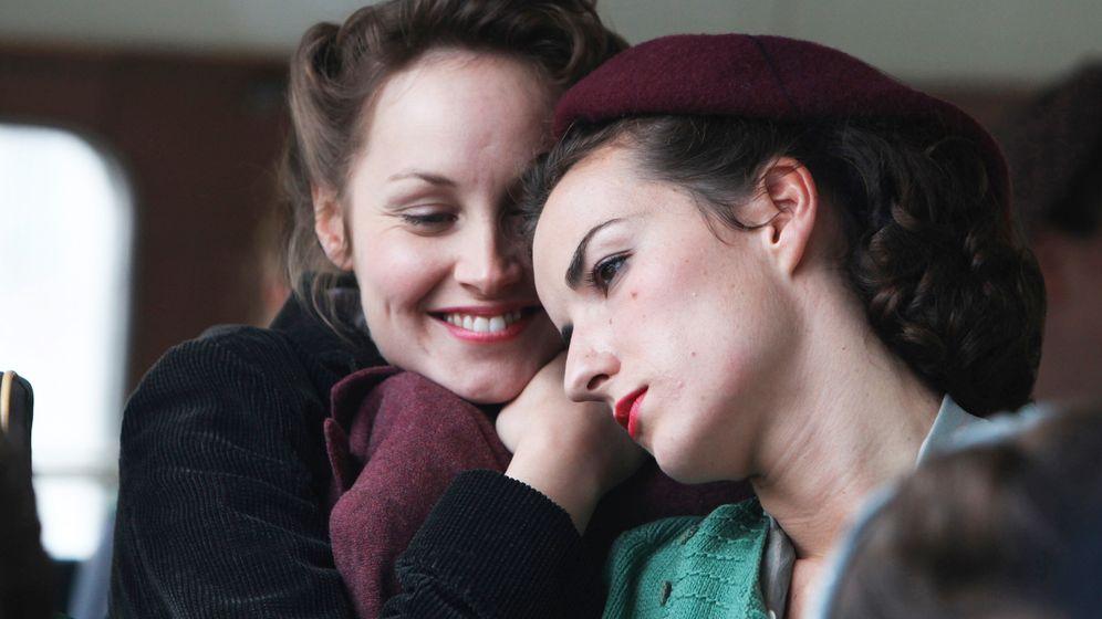 In tv nylon frauen TV Girls