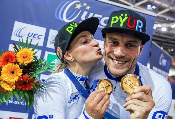 Levy und Vogel mit ihren Goldmedaillen bei der Bahnrad-EM 2017