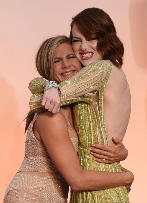 Haben sich erdrückend lieb: Jennifer Aniston und Emma Stone