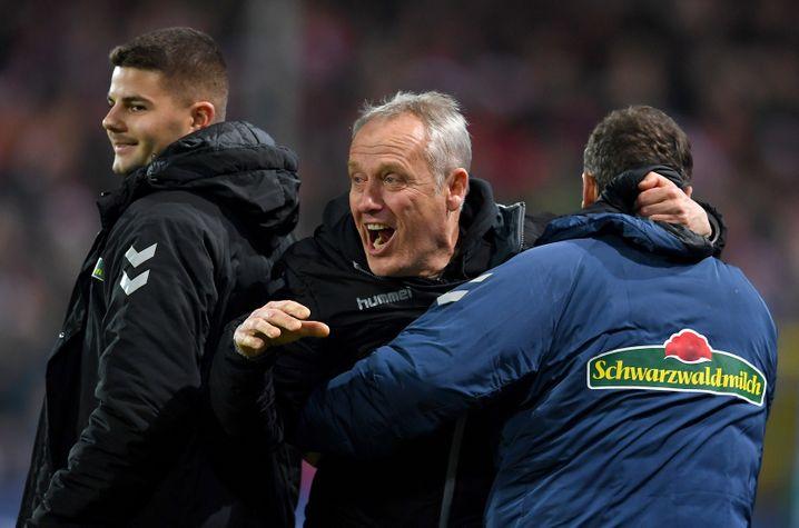 Christian Streich (Mitte) ist der dienstälteste Trainer der Bundesliga. Seit Januar 2012 ist er Cheftrainer des SC Freiburg.