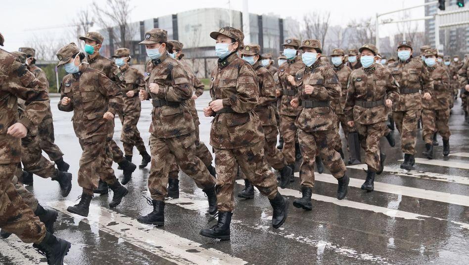 Mitglieder des medizinischen Teams des chinesischen Militärs in Wuhan: Drei Teams von etwa 450 Mitgliedern des Militärs wurden in die Stadt geflogen