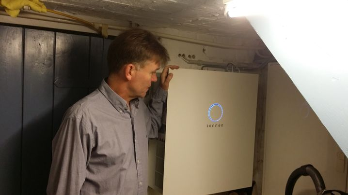 Michael Gaedicke vor dem Batteriespeicher in seinem Keller